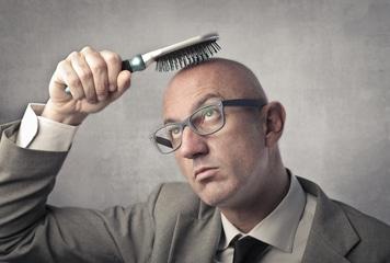La chute de cheveux peut détruire la confience en soi d'un homme, mais la solution existe.