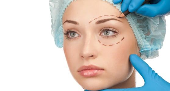 La chirurgie plastique aide les femmes, mais meme les hommes.
