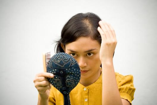 Apercevoir la chute de cheveux n'est pas facile pour une femme.