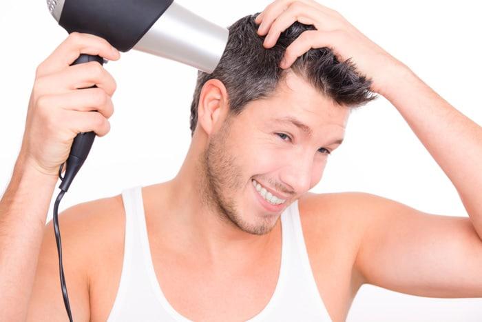 Un homme qui a résolu son probleme de chute de cheveux.
