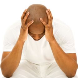Un homme souffrant de calvitie.