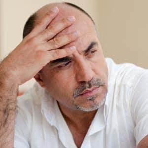 Les hommes touchés par la chute de cheveux sont désabusés.