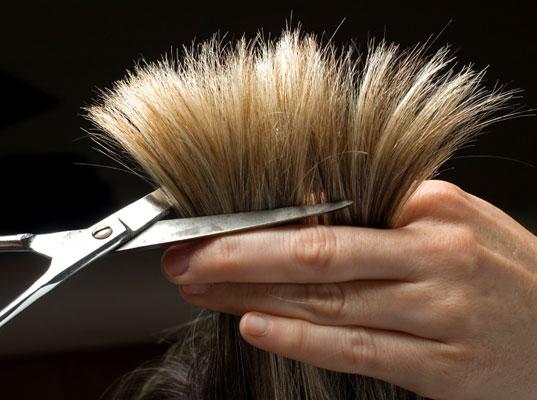 Un coiffeur ou un spécialiste de cheveux peut vous aider á trouver le meilleur soin.