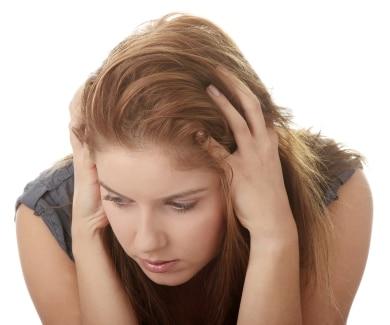 La calvitie touche aussi les femmes : la solution peut etre une greffe de cheveux.