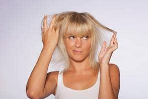 Avec un probleme sérieux,  vous devez vous adresser á un spécialiste de cheveux.