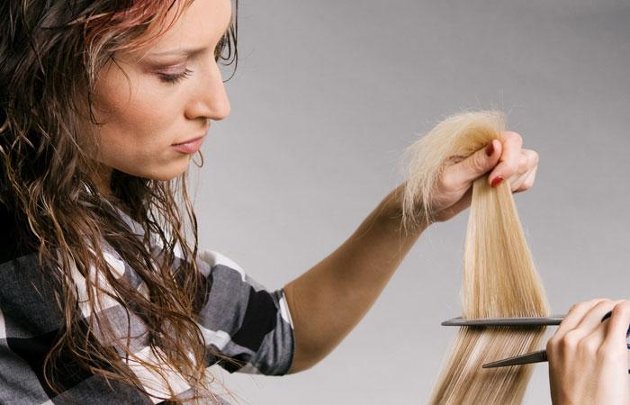 Un coiffeur est aussi un spécialiste de cheveux.