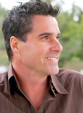 Le dégarnissement de cuir chevelu à travers les yeux d'un dermatologue, spécialiste de cheveux.
