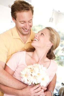 Couple heureux aprés une greffe de cheveux au meilleur tarif.