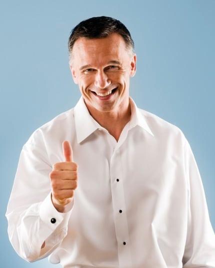 Les hommes sont contents  avec le prix d'implant capillaire.