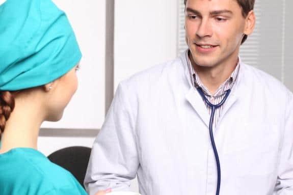 Consultation avec un spécialiste avant d'une intervention avec la technique FUE.