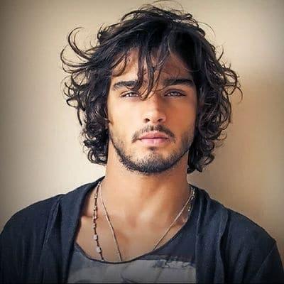 La transplantation capillaire redonne la densité des cheveux des hommes.