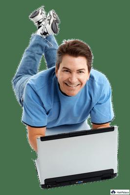 Un homme cherche des infos sur l'internet, dans les forums d'implant capillaire