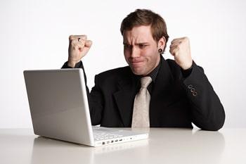 Les hommes cherchent des informations sur l'implant capillaire sur des forums.