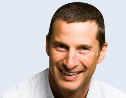 Les hommes ayant des problemes capillaires s'adressent aux implants de cheveux.