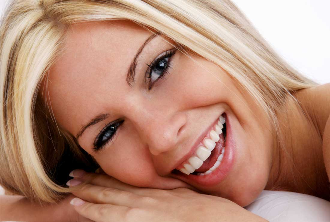 Femme hereuse apres implants capillaires.